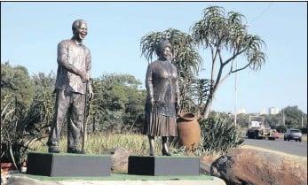 ?? PICTURE: ZANELE ZULU/AFRICAN NEWS AGENCY (ANA) ?? The statues of Nelson Mandela and Albertina Sisulu alongside the M4 in Durban.
