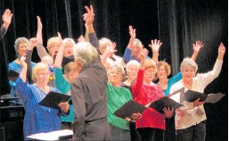 ?? PICTURE / PETER DE GRAAF ?? John Jackets conducting the Bay of Islands Singers at the Turner Centre 10th anniversary variety show in 2015.
