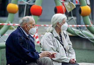 ?? (Foto Zambello) ?? Il servizio Due anziani in un parco pubblico: da novembre parte la riforma della Provincia con lo Spazio Argento