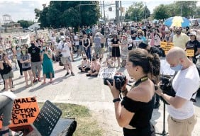 ?? CATHIE COWARD THE HAMILTON SPECTATOR FILE PHOTO ?? About 150 people gathered outside a Burlington slaughterhouse two days after Russell was killed, to pay tribute to the lifelong animal rights activist.