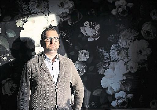 ?? Foto: Michael Gründel ?? Daniel Bumhoffer, Geschäftsführer des Osnabrücker Traditionshauses Rahenkamp, kritisiert nach der gestern beschlossenen Verlängerung des Lockdowns die mangelnde Planungssicherheit, bleibt aber dennoch optimistisch. Schnelle Finanzhilfen sind gefragt: