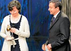 ??  ?? VINSE IL PREMIO BELLISARIO Maria Chiara Carrozza nel 2012, quando era rettore della Scuola Superiore Sant'Anna di Pisa, riceve dall'allora ministro dell'Istruzione Francesco Profumo, oggi 67 anni, il Premio Marisa Bellisario per l'impegno nella ricerca.
