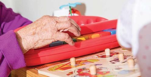 ?? FOTO: CHRISTIN KLOSE / DPA ?? Mit zunehmendem Alter steigt das Risiko, an einer Alzheimer-demenz zu erkranken. Wer aber geistig und körperlich aktiv bleibt, neue Eindrücke und Erfahrungen sammelt, kann das Auftreten der Krankheit vielleicht hinauszögern. Auch Kinderspiele eignen sich dafür.