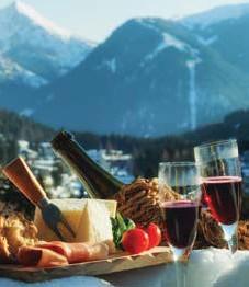 ?? FOTO: MOSTPHOTOS ?? BUNKRA UPP OCH NJUT! Tillaga en klassiker från Alpernas kök, eller ta med en bricka och dryck ut för att kunna träffa vänner.