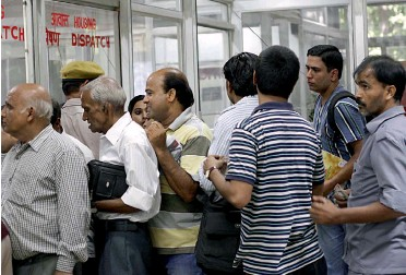 ?? — G. N. JHA ?? People queue up at Vikas Sadan, the DDA office at ITO, to buy application forms for the DDA Housing Scheme that was launched in New Delhi on Monday.