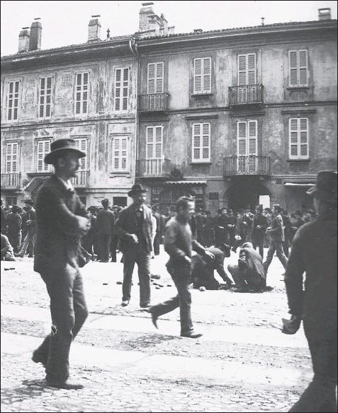 """??  ?? Moti del maggio 1898 a Milano, si prepara una sassaiola. Elena Papadia ha pubblicato per il Mulino """"La forza dei sentimenti. Anarchici e socialisti in Italia (1870-1900)"""""""