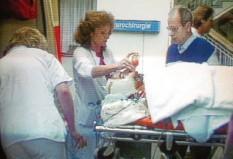 ?? Foto: Dieter Roosen, dpa ?? Schäuble wird auf die Intensivstation der Universitätsklinik in Freiburg verlegt, die Ärzte ringen um sein Leben.