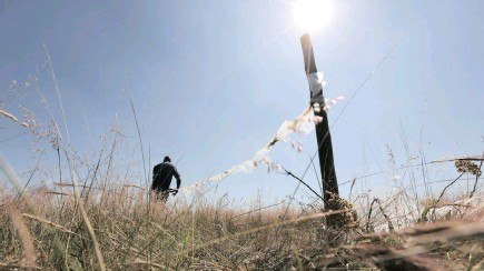 ?? PICTURES: SIPHIWE SIBEKO/REUTERS ?? South African constitutional law experts argue that the most pressing demand for land is in urban areas. One expert warns of scaremongering, saying South Africa will not head down the same road as Zimbabwe. A man uses plastic to mark vacant land in...