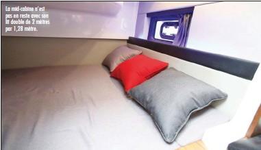??  ?? La mid-cabine n'est pas en reste avec son lit double de 2 mètres par 1,28 mètre.