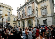 ?? PHOTO: REUTERS ?? People stand and watch in front of Teatre-Museu Dali (Theatre-Museum Dali) during the exhumation of Spanish artist Salvador Dali, in Figueras city, Spain.