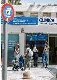 ?? Foto: Clara Margais, dpa ?? Wartende vor einem Covid‰19‰testzen‰ trum auf Mallorca.