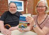 """?? FOTO: FRANK SCHEER ?? Gudrun SchultzPohlen und Jürgen Baasch aus Bordesholm siegten beim NDR-Plattdeutsch-Contest """"Vertell doch mal 2021""""mit einer Geschichte über Demenz."""