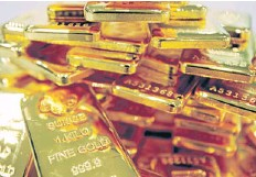 ?? BLOOMBERG ?? One-kilogramme bars of gold are piled up in YLG Bullion International in Bangkok. Gold futures dealers are anxious to see Thailand become a regional gold-trading hub.