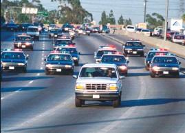 ??  ?? O.J. protagonizó una persecusión cinematográfica antes de su arresto. La imagen de su Bronco blanca seguida por la Policía fue vista por televisión en todo Estados Unidos.