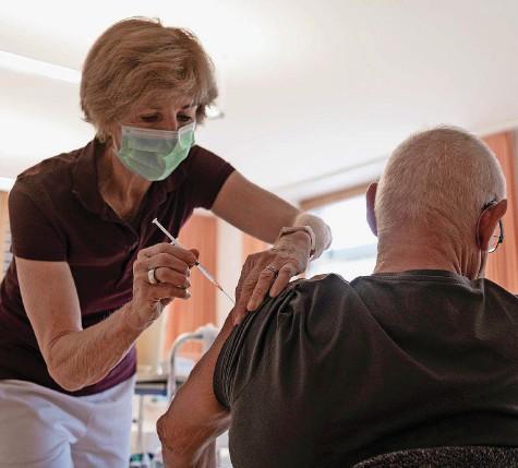?? Foto: R. Durandi ?? In den Hausarztpraxen laufen die Impfungen auf Hochtouren. Doch einige regionale Hausärzte wollen bald den Schlussstrich ziehen.