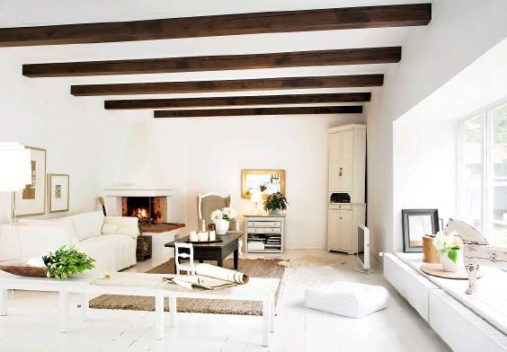 ??  ?? WIRKUNGSVOLLER KONTRAST Die dunklen Balken im Wohnzimmer bilden einen gelungenen Gegensatz zum übrigen weiß gehaltenen Ambiente.