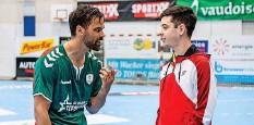 ?? Foto: Patric Spahni ?? Das Spiel ist zu Ende, die Diskussion nicht: Lukas von Deschwanden spricht mit einem der beiden Schiedsrichter.