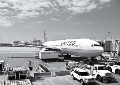 ?? DANIEL SLIM/AFP ?? DALAM INVESTIGASI: Dokumen foto pesawat United Airlines Boeing 777/200 di Bandara Internasional Denver, Colorado (30/7/2020). Setelah kejadian Sabtu (20/2) lalu, pihak Boeing meminta seluruh maskapai menghentikan sementara operasional Boeing 777/200.
