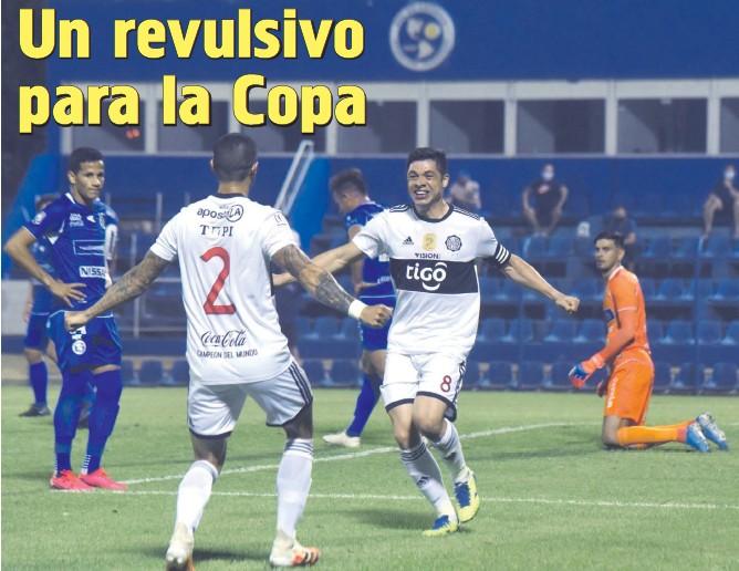 ??  ?? Rodrigo Rojas, al encuentro de Alan Benítez, quien hizo una perfecta asistencia para el primer gol del volante, quien en el segundo tiempo volvió a anotar. Iván Cazal y Luis Franco sufren.