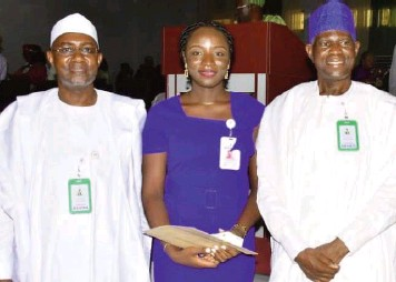 ??  ?? Registrar, Architects Registration Council of Nigeria ( ARCON), Umar Murnai( left); an inductee, Adimonye Uzoma and ARCON President, Sir Oladipupo Ajayi, during an induction of new architects, technologists and firms in Abuja