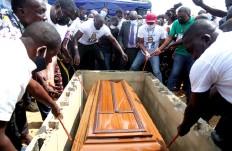?? JOSÉ SOARES | EDIÇÕES NOVEMBRO | CABINDA ?? No funeral, foram destacadas as qualidades do deputado
