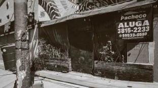 ?? Bruno Santos/folhapress ?? Estabelecimento fechado e para alugar na Vila Madalena; crise provocada pela pandemia é refletida no bairro boêmio da zona oeste da cidade