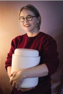 ??  ?? Susanna Vento använder numera en fermenteringskruka med vattenlås när hon tillreder surkål hemma. I hennes barndoms hem fick en tallrik med en vikt på fungera som lock på kärlet med vitkål i.