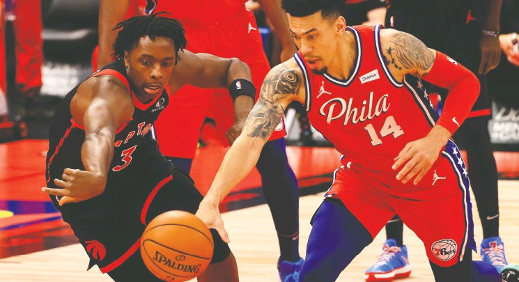 ?? MIKE EHRMANN / GETTY IMAGES ?? OG Anunoby, left, of the Toronto Raptors challenges Danny Green of the Philadelphia 76ers during Sunday's NBA game at Amalie Arena in Tampa, Florida. The Raptors dominated the fourth quarter to defeat the East-leading 76ers.