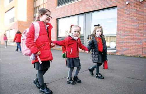 ?? Agence France-presse ?? ↑ Pupils arrive at Clyde Primary School in Glasgow as schools in Scotland started to reopen on Monday.