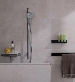 ??  ?? La serie de accesorios que completan la colección Essence-C están realizados en aluminio lacado en negro mate con un espesor reducido. Estos estantes ofrecen diferentes opciones que se ajustan tanto al baño como al área de ducha. De NOKEN PORCELANOSA BATHROOMS. www.noken.com.