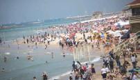 ??  ?? THRONGS OF revelers line Tel Aviv's beach yesterday. (Miriam Alster/Flash90)
