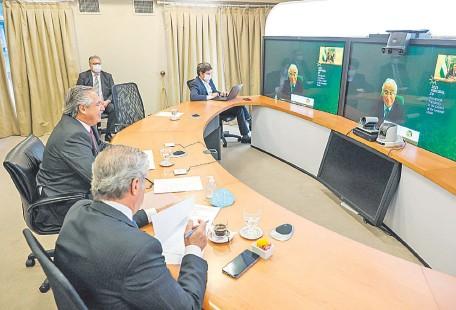 ??  ?? El presidente argentino, Alberto Fernández (de perfil), conversando con el primer ministro lusitano, Antonio Costa (en la pantalla).
