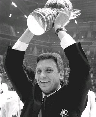 ?? ANDERS WIKLUND, SCANPIX, AGENCE FRANCE-PRESSE, GETTY IMAGES ?? Craig Hartsburg hoists the world junior championship trophy in 2007. He coached clubs to two titles.