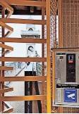 ??  ?? Altertümlicher Automat: Ein Einfränkler gibt den Weg frei.