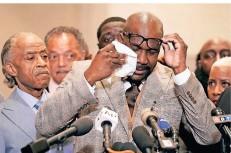 ?? FOTO: MINCHILLO/DPA ?? Erleichterung: Der Bruder von George Floyd, Philonise, wischt sich nach der Urteilsverkündung vor der Presse die Tränen aus den Augen.