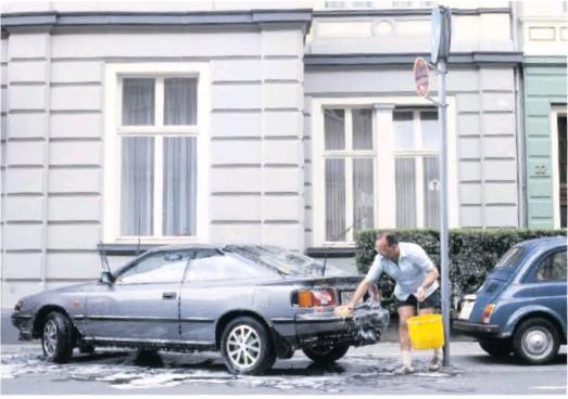 ??  ?? Die Leidenschaft fürs Autowaschen verband West mit Ost, ... Foto: Gisbert Paech/ullstein