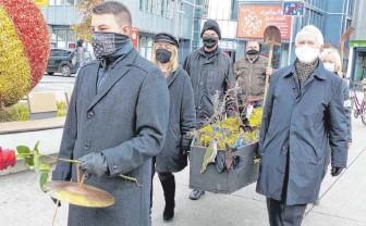 ?? ARCHIV-FOTO: LEHMANN ?? Trauerzug durch die Innenstadt: Der Streit um die Schättere-Trasse ist längst nicht beendet.