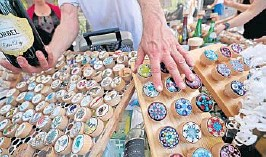 ?? JOHN MCCALL /SOUTH FLORIDA SUN SENTINEL ?? A variety of cork bottle stoppers are displayed during the Delray Affair in downtown Delray Beach in 2019.