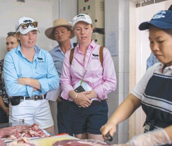 ?? Pictures: Contributed ?? INSIGHT: Four Daughters Premium Black Angus' Molly (left) and Bonnie Penfold inspect Vietnamese butcher Meatworks Asia.