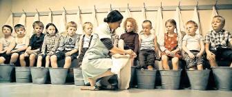 """?? FOTO: LJÓSBAND ?? Zucht und Ordnung herrscht im Kinderheim. Doch die Fantasie der Kinder behält die Oberhand – """"Sommerkinder""""von Guðrún Ragnarsdóttir aus Island."""