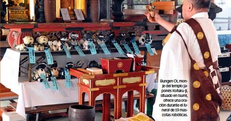 ??  ?? Bungen Oi, monje del templo japonés Kofuku-ji, situado en Isumi, ofrece una oración durante el funeral de 19 mascotas robóticas.
