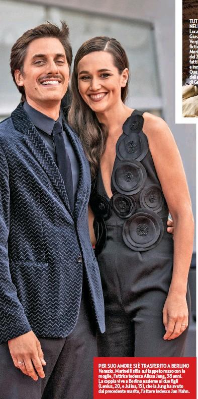 ??  ?? PER SUO AMORE SI È TRASFERITO A BERLINO Venezia. Marinelli sfila sul tappeto rosso con la moglie, l'attrice tedesca Alissa Jung, 38 anni. La coppia vive a Berlino assieme ai due figli (Lenius, 20, e Julina, 15), che la Jung ha avuto dal precedente marito, l'attore tedesco Jan Hahn.