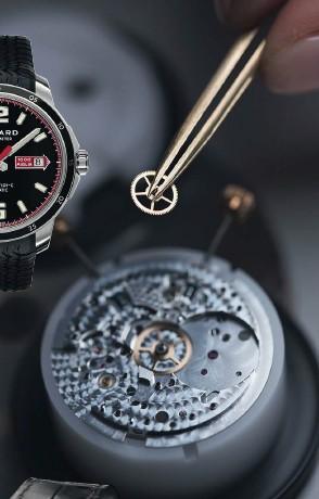 ??  ?? Ein Uhrmacher montiert das Kaliber L.U.C 01.05-L in der Manufaktur in Fleurier