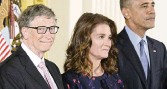 ?? OLIVIER DOULIERY TNS ?? U.S. President Barack Obama presents Bill and Melinda Gates with the Presidenti­al Medal of Freedom, the nation's highest civilian honor, during a ceremony on Tuesday, Nov. 22, 2016.