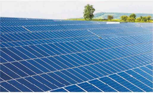 ?? Foto: Archiv ?? Das Bild zeigt die erste Frei ächen-Fotovoltaikanlage im Landkreis Schwäbisch Hall auf einer Wiese neben dem Hof eines Landwirts im Rosengartener Teilort Sanzenbach.