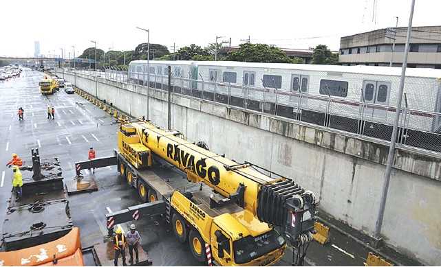 """?? ROY DOMINGO ?? THE first train set for the Metro Rail Transit Line 7 (MRT-7) was installed at the weekend, and San Miguel Corp. said it is now working """"round the clock"""" to meet its timeline for a test run by 2022. The threecar train set from South Korea was put along the tracks of the MRT-7'S Tandang Sora station in Commonwealth Avenue, Quezon City."""