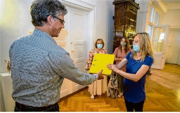 ?? Foto: Staufenpress ?? BI-Vertrauensfrau Nadja Müller übergibt Bürgermeister Martin Stölzle den Ordner mit den Unterschriften. Die Gewerbeparkgegnerinnen haben damit ein Bürgerbegehren gestartet.