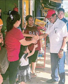 ??  ?? Sabah Chief Minister Tan Sri Musa Aman meeting residents during a walkabout in Kiulu yesterday.