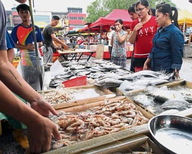 ??  ?? It's getting pricier: Fish and vegetables are now more expensive at the SS2 night market in Petaling Jaya.