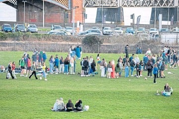 ??  ?? COVID RISKS: Students attend a gathering in Dundee. Picture by Kim Cessford.